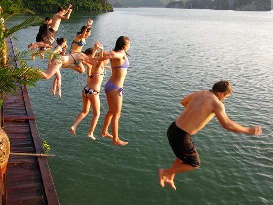 halong-swimming