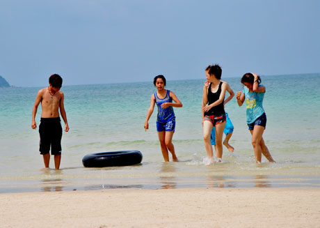hình ảnh du khách tắm biển ở quan lạn