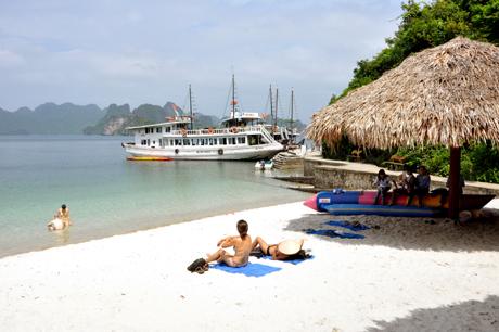 Bãi tắm đảo Soi Sim hấp dẫn du khách