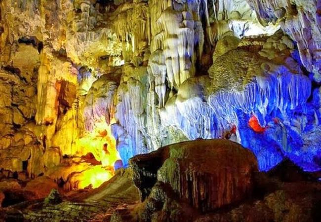 Càng vào trong, du khách càng ngỡ ngàng trước vẻ đẹp lung linh của hang Đầu Gỗ