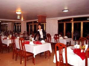 Nhà hàng Entity với các cửa sổ hướng ra biển