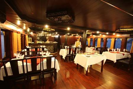 Phòng ăn của du thuyền Phoenix Cruise