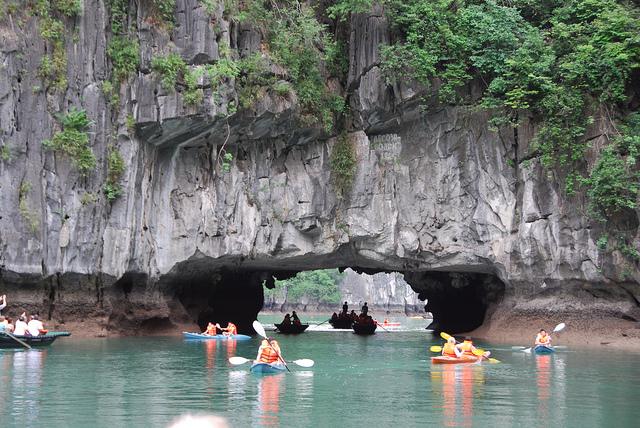 Du khách chèo thuyền kayak khám phá Hang Luồn