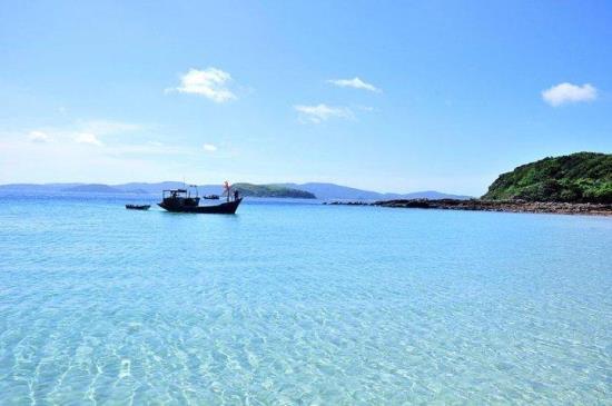 Bãi biển Cô Tô trong vắt và lặng sóng