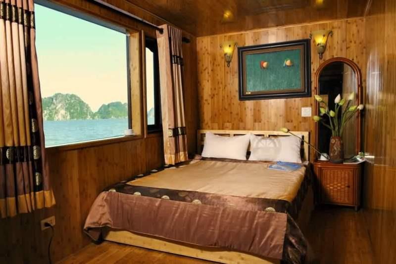 Phòng trên du thuyền có cửa sổ thông minh giúp du khách ngắm Vịnh Hạ Long từ mọi phía