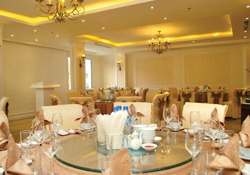 Nhà hàng nằm ở tầng 2 chuyên phục vụ các món ăn Việt Nam và châu Âu