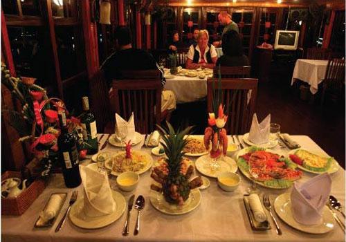 Món ăn hấp dẫn được phục vụ trên du thuyền