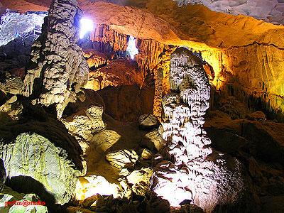 Bên trong hang Trinh Nữ
