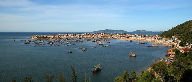 Thuyền bè tấp nập ra vào đảo Nghi Sơn