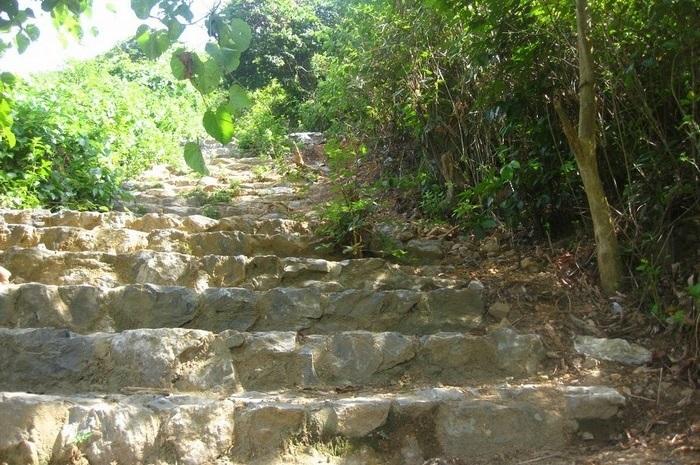 Những bậc đá đơn sơ dẫn lên Núi Thần Đinh