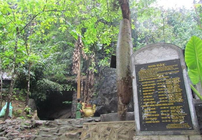 Bảng ghi danh các thanh niên xung phong hy sinh tại cửa hang Tám Cô